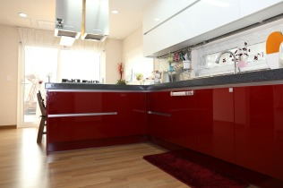 кухня бяло и червено